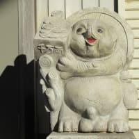 狸がやけに多い街!逆さ狸もいるよ!たぬき横丁の家(店)の前には必ずあります。