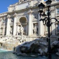トレヴィの泉でローマの休日を楽しむ人々 No.311
