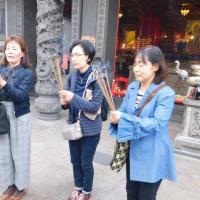 関帝廟は、お寺。礼儀作法もしっかりとしておきたい。大きな線香を供えるのもその一つ。