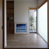 中庭のある暮らし方を想像してみませんか?毎日の暮らしの空間に開放感と意識のある外と内側の中間領域での暮らしの心地よさ・・・・窓を大きく開放する事で見える風景と存在感の違い。