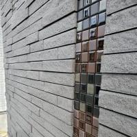 (仮称)斜めの壁と移動する視界が居心地を印象操作する和モダンの家新築工事、外観の工事もタイルを張り終えて印象のデザインもモダンに吹抜けのあるLDKも仕上げに。