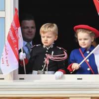 モナコ、アルベール大公、シャルレーヌ妃と双子のポートレートが発表