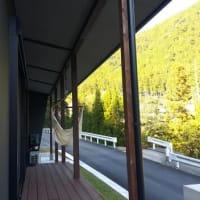 (仮称)郊外に佇む借景とアウトドア空間のあるシンプル和モダンの家新築・テラスとLDKから風景を眺める心地の贅沢、セカンドLDK、ウッドデッキテラス庭とのデザイン設計の空間を撮影に。