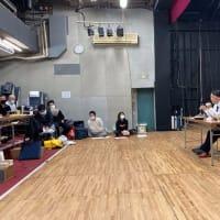 稽古場で、馬奈木厳太郎氏による、ハラスメント講習。