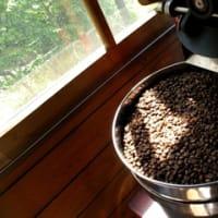 パンとコーヒー、2つの釜に火を入れ、焙煎仲間とコーヒー業界について語り合う。
