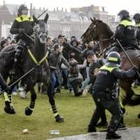 「無許可」の集会でカオスが展開したまま、数千人がアムステルダムでのOVIDのロックダウンを非難 by Tyler Durden