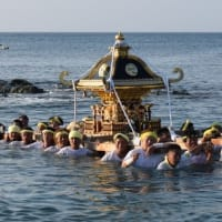 坂田のお祭り お神輿が海に入りました。(館山市坂田ばんだ)