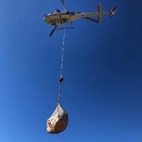 今日はヘリコプターで姿見展望台の廃材の荷下ろしです。