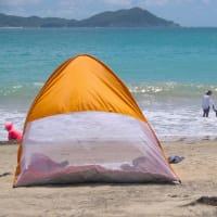 ビーチの日除けやテント