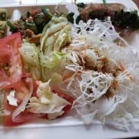 今日は野菜だらけのバイキングランチだ・・健康志向