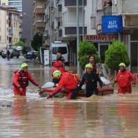 洪水に襲われた黒海岸の町は修復に努めている
