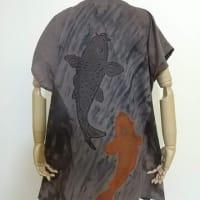 ベンガラと煤染めの生地に鯉の滝登り(手描き)