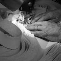 ネクタイは職人の手仕事によって作られる