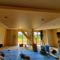 (仮称)暮らしのシーンに和モダンのエスプリが集う格子の家新築デザイン設計がカタチになりつつある段階に、現場は仕上げ工事の後半、玄関や和室LDK、部屋全体も整理整頓の意匠が見え始める様に。