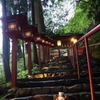 静寂の夕暮れ時の「貴船神社」。8月15日まで、「七夕笹飾りライトアップ」毎晩20時まで
