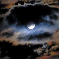 台風前の満月