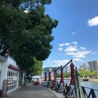 今日も広島市は真夏日・・・35度超えです あまりの暑さで京橋川のリバーサイドカフェも人の姿が見えません