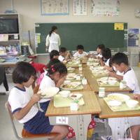 ピンダ(ヤギ)で村興しする島の給食