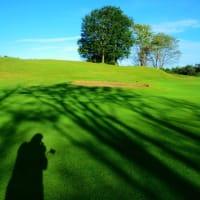 影は秋、久しぶりの青空、グリーンへ歩く