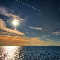 どこまでも青い空、見上げれば飛行機雲