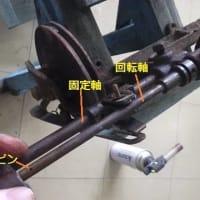 修理中、壊れた古い足踏み糸紡ぎ機(2/x)