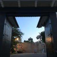 早朝の大阪城から