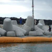 連日、K1護岸の消波ブロック設置に抗議