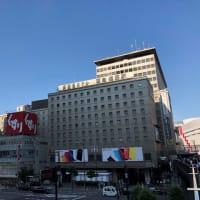 朝焼けの中に佇む新阪急ホテル