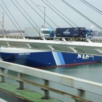 名古屋埠頭の自動車運搬船