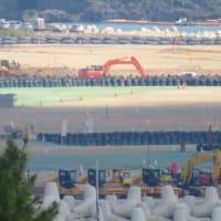大浦湾のガット船が入り、午後から土砂の陸揚げが行われる