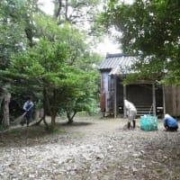 早朝、山の家の集落で人夫作業・・・明日の秋祭りの前に、神社境内の掃除と聖域を表す紙垂(しで)の取替。