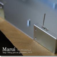 金属板に部品をポップリベットで固定する