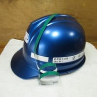 ヘルメットのカスタマイズ シールを貼る