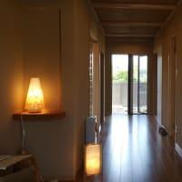 癒しの空間と時間をレイアウトする様に間取りと空間構成にインテリアの効能をデザイン設計、家具として灯りでの効能もバランスよく「ライトセラピー」の灯り作家さんと。