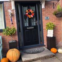 イギリスの10月、晩秋の終わりを告げるハロウィーンの....え、まだ10月半ばです...飾りつけは始まっています(一軒だけ)