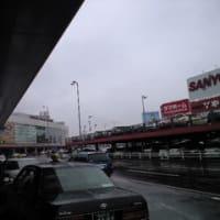 雨の福岡空港にて。