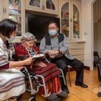 蔡総統、顔に入れ墨した最後の先住民を訪問 文化伝承に期待/台湾