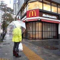 台風前の新宿で