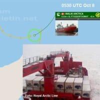 コンテナ船が氷に閉じ込められ、グリーンランドを漂流