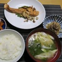 生鮭のムニエルとごぼうとレンコンと豚小間のきんぴら、炊屋食堂の素朴田舎menu・・・