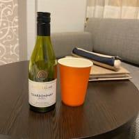 紙コップに白ワイン