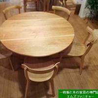 1322、5人から6人でテーブルを囲める丸いテーブル 山桜の1300mm丸のサイズ。一枚板と木の家具の専門店エムズファニチャーです。