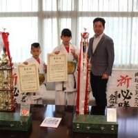 「第5回全日本少年少女空手道選手権大会ジュニア空手リアルチャンピオンシップ」において優勝された岡部こころさん、岡部神風さんに箕面市長表彰!