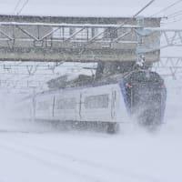 3月29日撮影 南松本にて雪が降る中の「あずさ」より