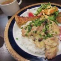 「Juippu(ジュイップ)」、チキンのカレークリーム煮込みプレートと、トマトぽん酢の豚しゃぶ丼