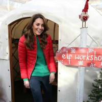 キャサリン妃が、クリスマスカラーの衣装で大奮闘