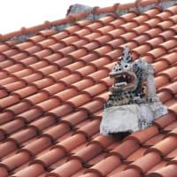 屋根瓦上の魔除けのシーサー写真NO2