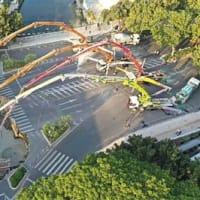 広州で道路陥没 当局、落下した3人助け出さずセメント注入