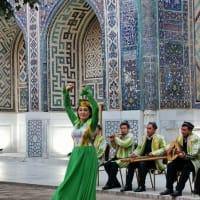 ウズベキスタン 寒さこらえて歓迎セレモニー鑑賞