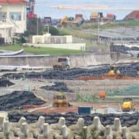 琉球セメント新桟橋でガット船への土砂積み込みに抗議